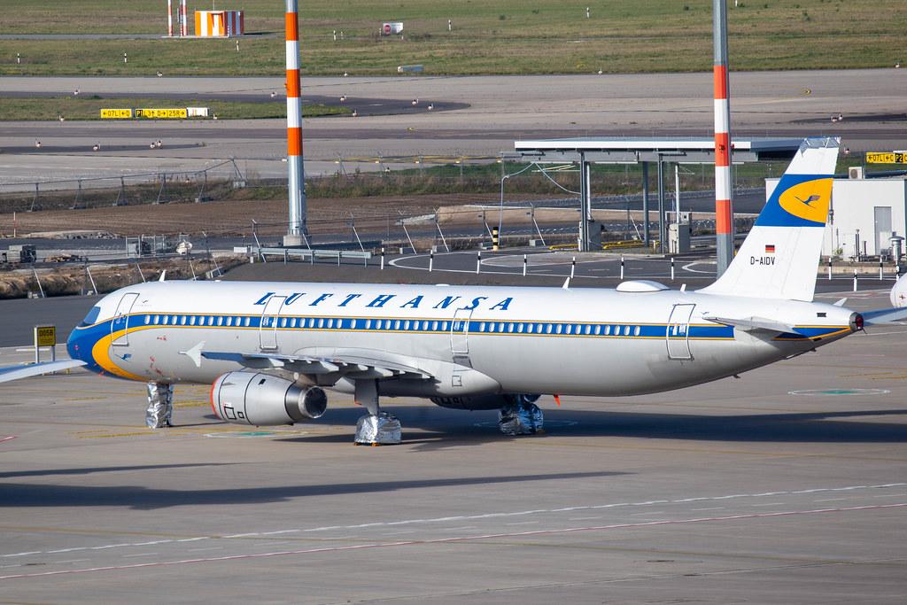 Ein Lufthansa Flieger mit Retro-Lackierung aus den 60er am Flughafen BER