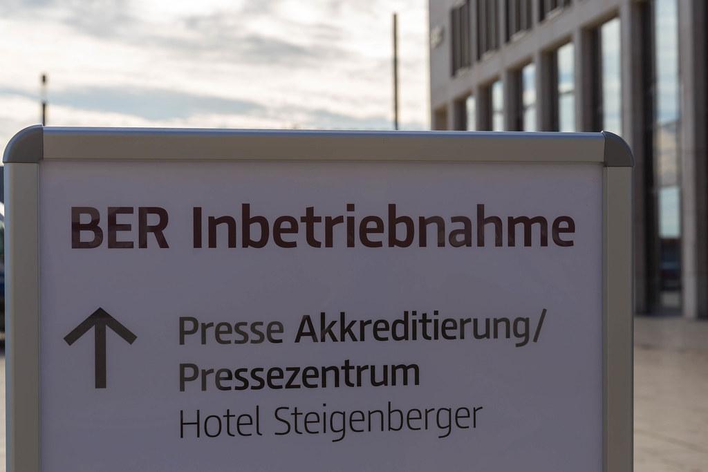 BER Inbetriebnahme: Schild für Presse Akkreditierung und Pressezentrum