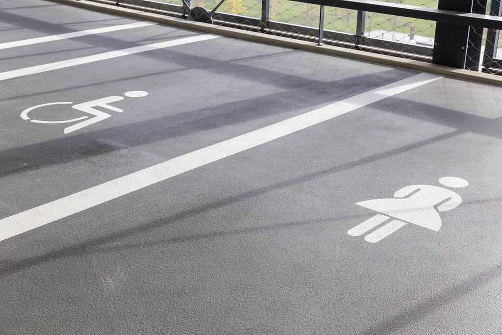 Parken für Schwerbehinderte und für Frauen am Flughafen BER - Symbole auf dem Boden gemalt