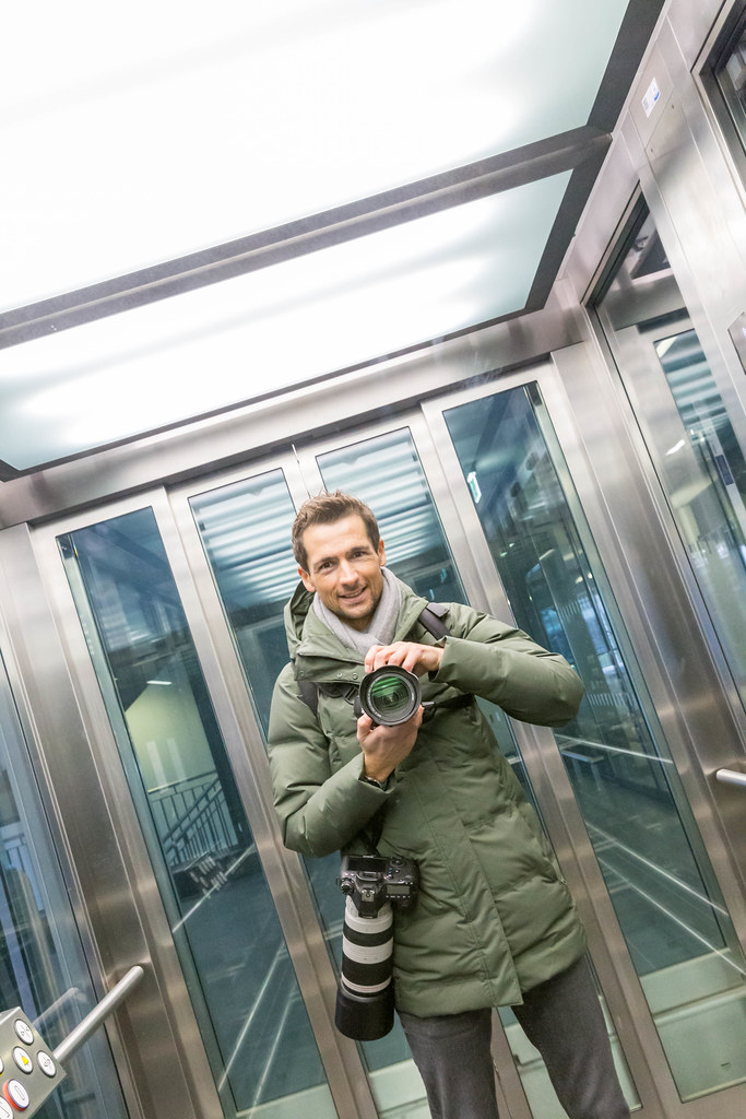 Erster professioneller Besuch vom neuen BER-Flughafen: Selbstporträt im Aufzug mit zwei Kameras