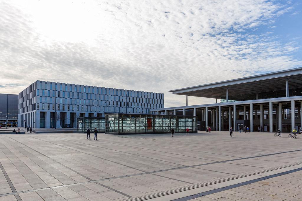 Architektur in der deutschen Hauptstadt Berlin: der Willy-Brandt-Platz vor dem neuen Flughafen BER