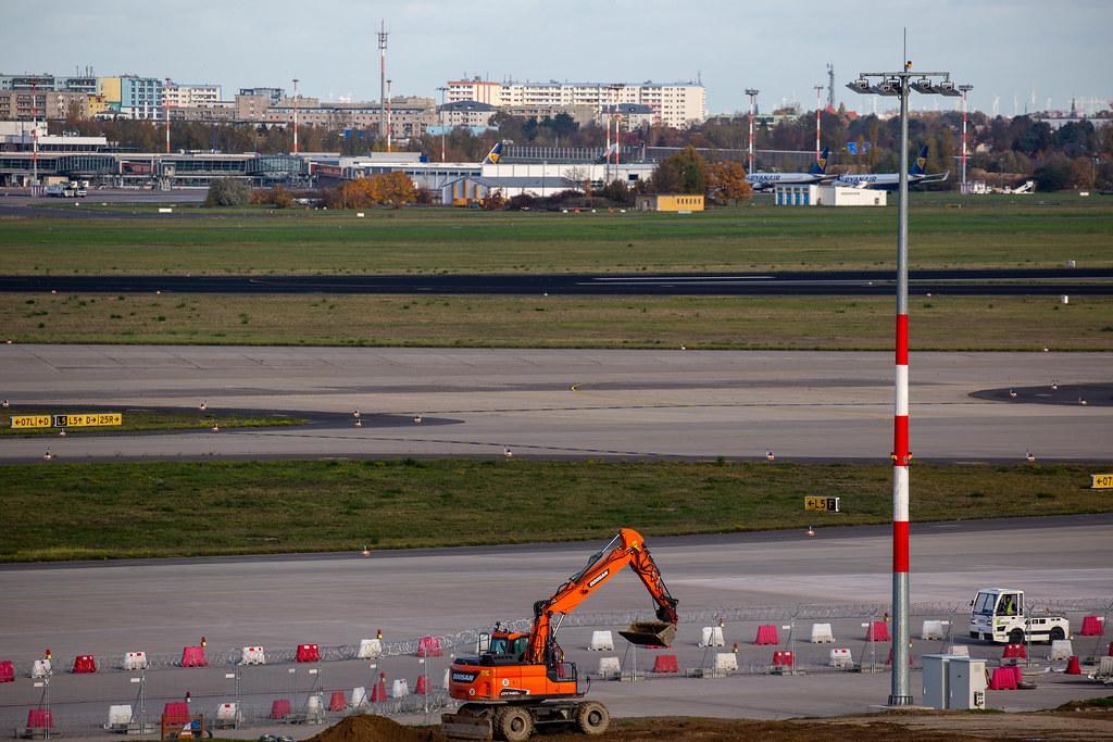 Die Arbeit geht weiter: ein Bagger am schon eröffneten Flughafen BER in Berlin