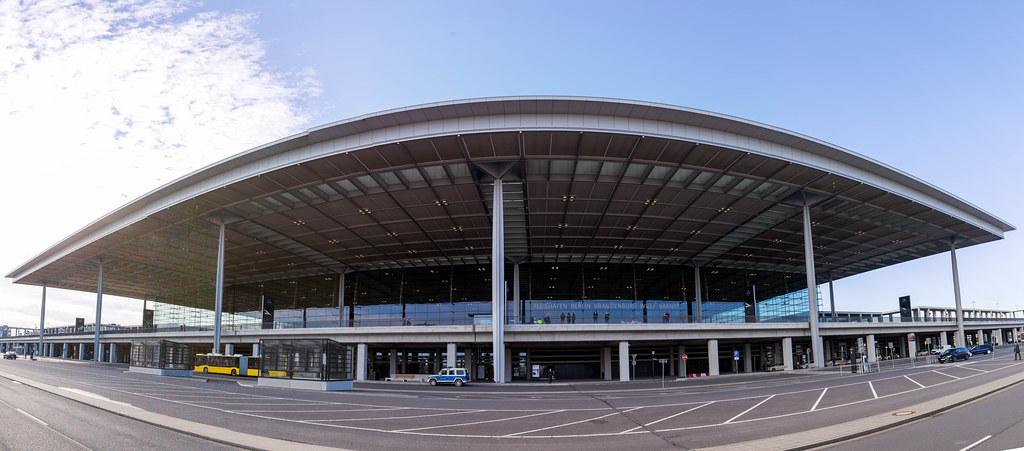 Panoramabild vom Terminal 1 Gebäude vom Flughafen BER: Architektur in Berlin
