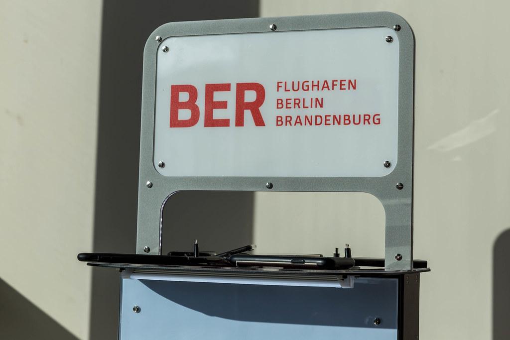 Flughafen Berlin Brandenburg BER Logo an Ladestation für Handys und anderen mobilen Geräten