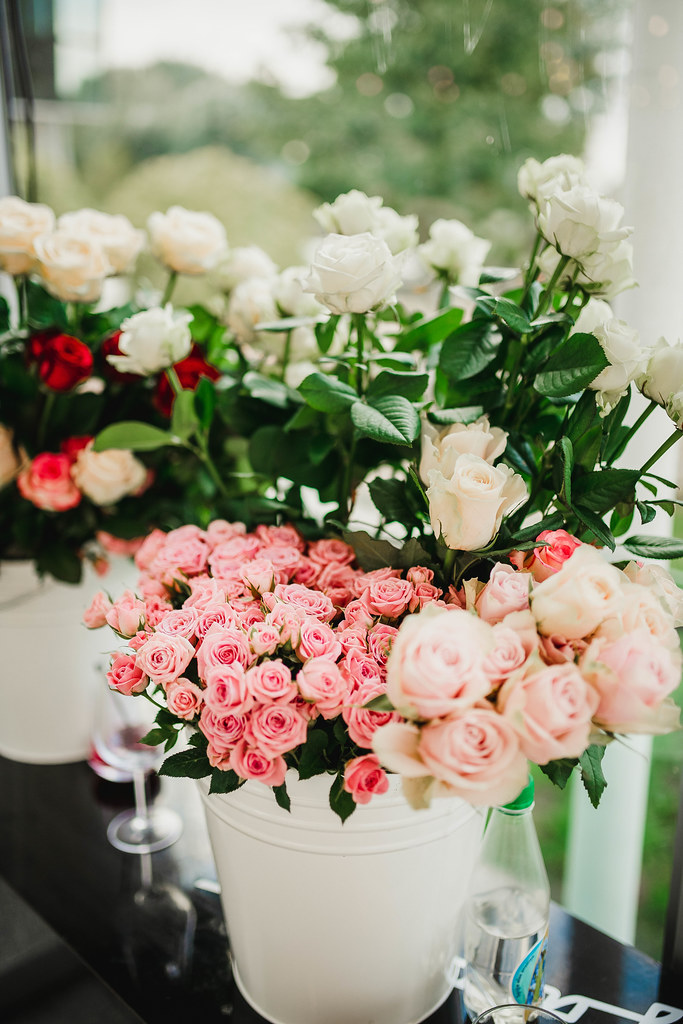 Pink And White Roses Wedding Decor