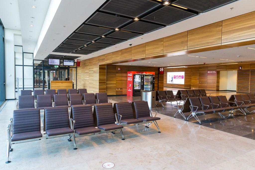 Der neue Flughafen BER in Berlin ohne Passagiere: Wartebereich mit Sitzmöglichkeiten am Gate B09