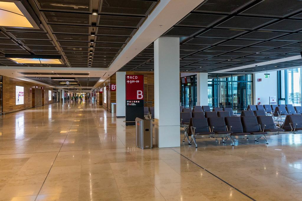 Der neueröffnete Flughafen BER mit Wartebereichen, Gates und wenigen Menschen