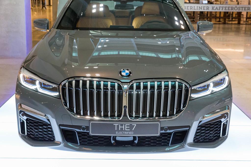 THE 7 Electrified: der BMW 745e Plug-in-Hybrid. Aufnahme von vorne am Flughafen BER