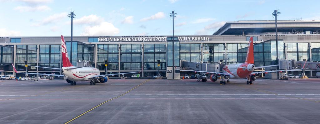 Berlin Brandenburg Airport - Willy Brandt: Vorfeld mit zwei Flugzeugen von Georgian Airways und Easyjet
