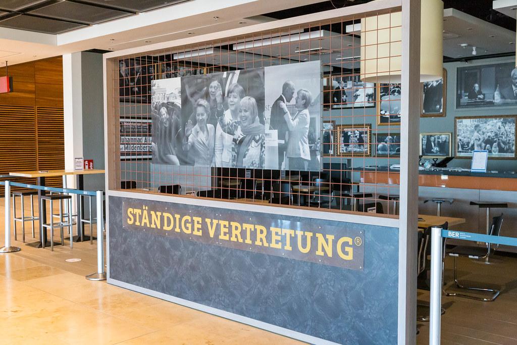 Fotos von Merkel mit Obama und anderen Politikern in der Kneipe Ständige Vertretung am Flughafen BER