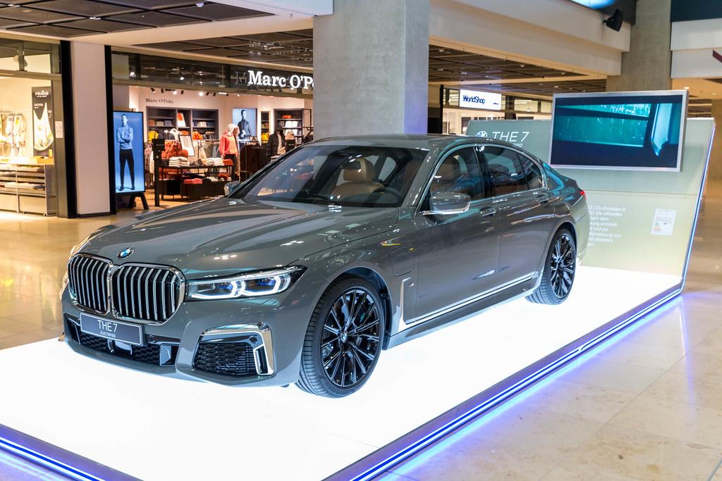 THE 7 Electrified: der BMW 745e Plug-in-Hybrid am Terminal 1 vom neuen Flughafen BER in Berlin