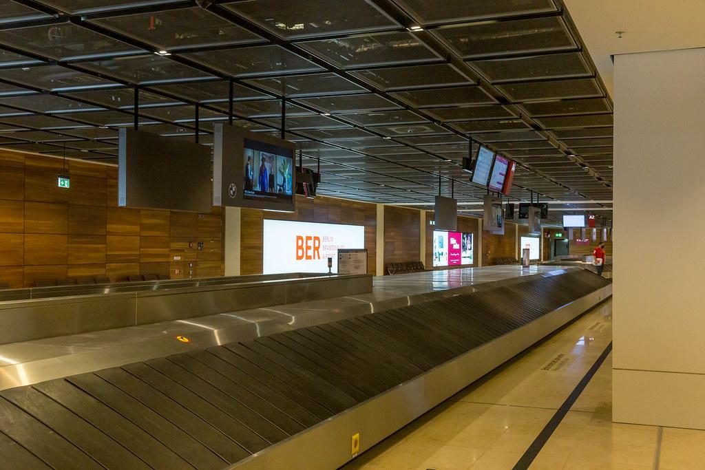 Gepäckausgabe: eine leere Gepäckband im neueröffneten Flughafen BER in Berlin, Deutschland