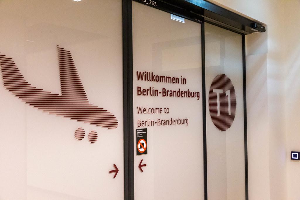 Eine automatische Tür im Ankunftsbereich vom Terminal 1 am neuen Flughafen Berlin-Brandenburg