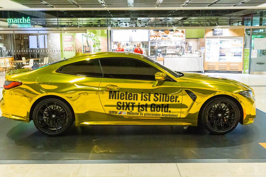 Goldenes Auto mit Schrift