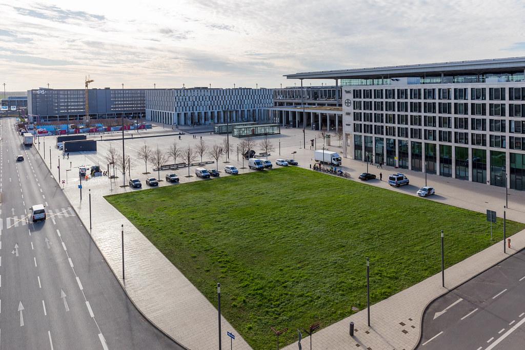 Willy-Brandt-Platz und Bürogebäude ²BAC (Berlin-Brandenburg Airport Center) am Flughafen BER