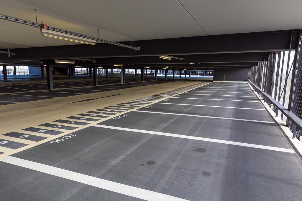 Leeres Parkhaus am neuen Flughafen BER mit vielen noch unbenutzten Parkplätzen