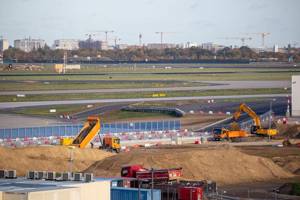 Ewige Baustelle: der neue Flughafen BER ist eröffnet worden, aber Bauarbeiten gehen weiter