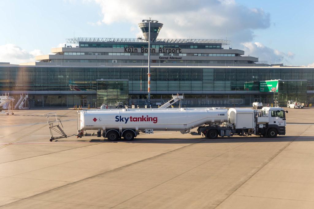 Ein Tanklastwagen von Skytanking vor dem Terminal von Köln Bonn Airport Konrad Adenauer