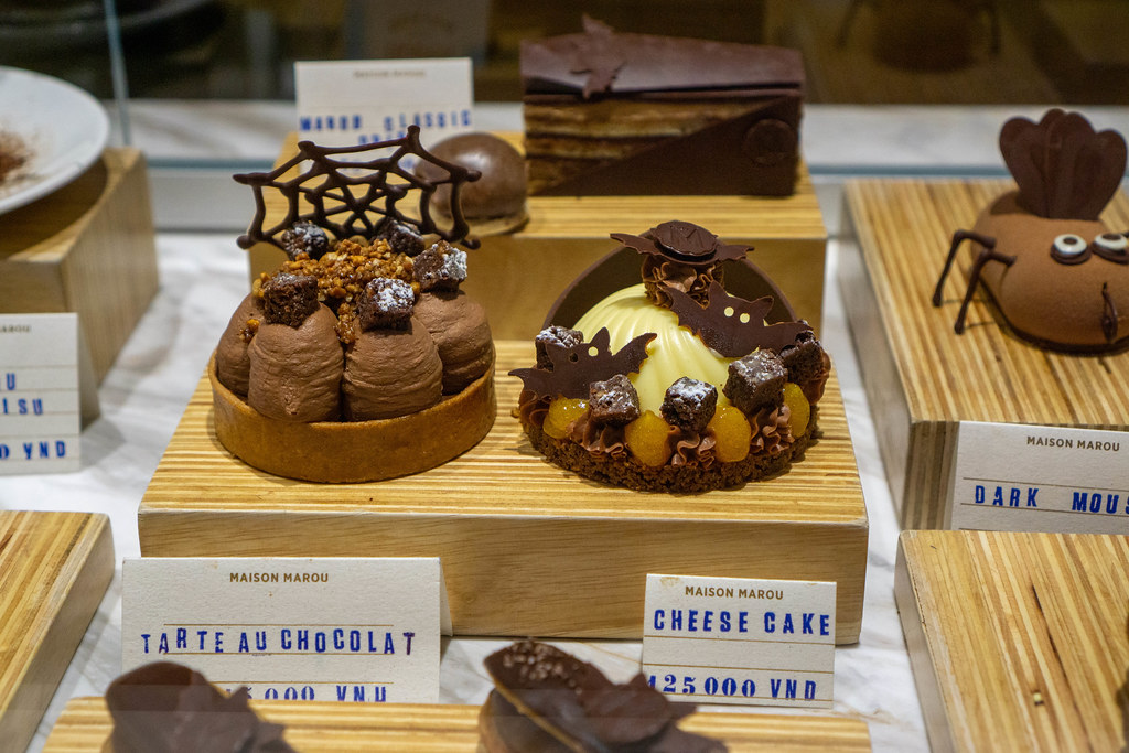 Schokoladencreme Törtchen und Käsekuchen mit Halloween Dekoration in einem Cafe