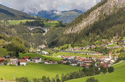DBC 193 354, 193 XXX en op het einde ÖBB 1X16 met LKW-Walter richting Italië. St. Jodok am Brenner
