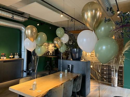 Tafeldecoratie 4ballonnen Olijf Groen en Chrome Goud Wijnbar Ferro Berkel en Rodenrijs