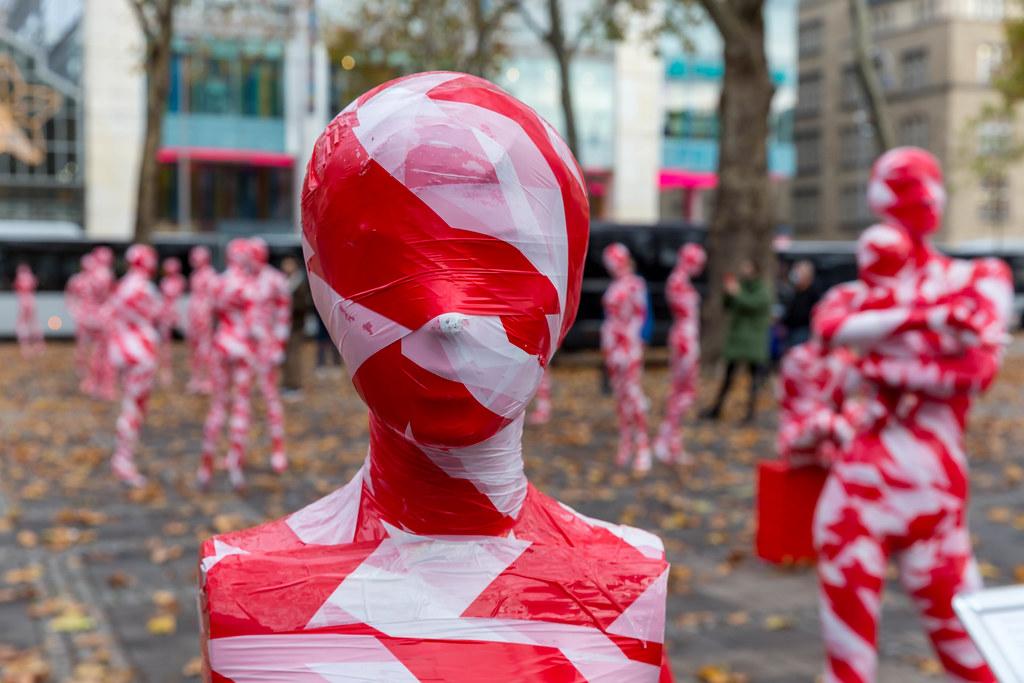 """111 maskierten Mannequins: Kunst-Installation """"It is like it is"""" zum Thema"""