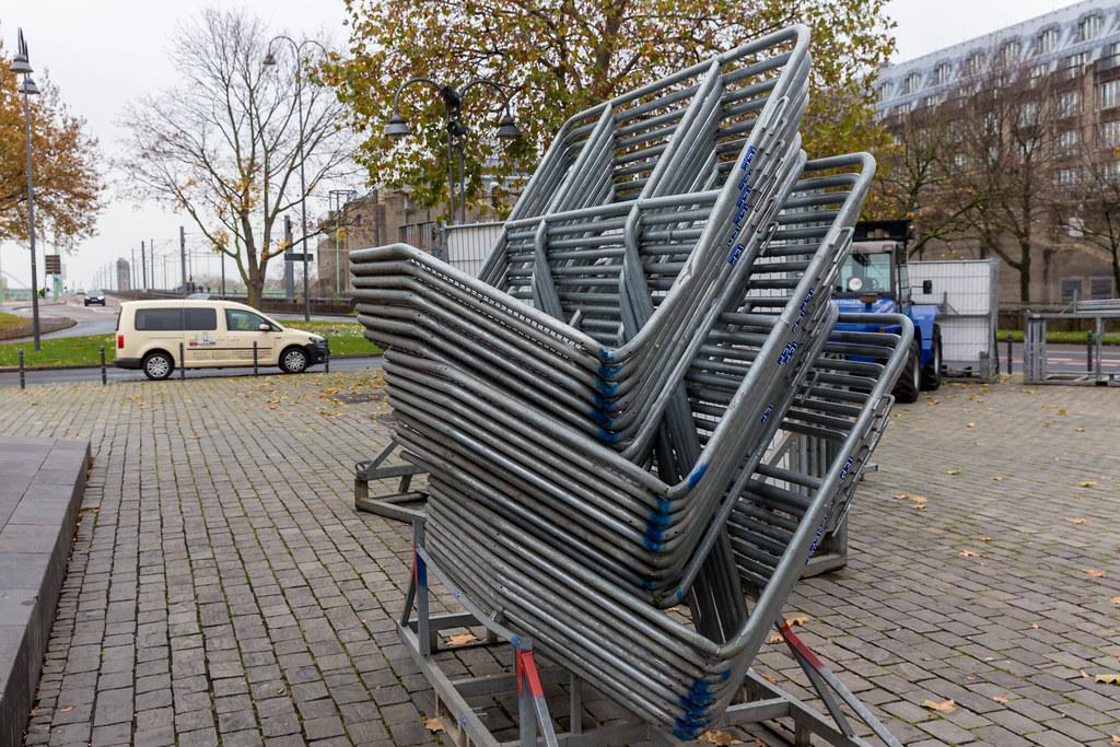 Wellenbrecher am gesperrten Heumarkt in Köln. 11.11.20 ohne öffentliche Karnevalsveranstaltungen