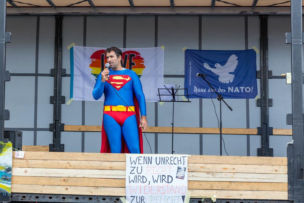 Mann in Superman-Kostüm verkleidet hält eine Rede auf der Bühne der 11.11. Querdenker-Demo in Köln