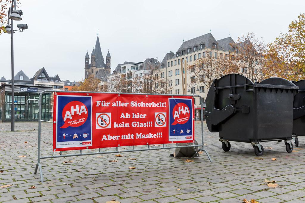 11.11.2020 in Köln: der gesperrte Heumarkt mit einem großen Banner mit Corona-Regeln und Glasverbot