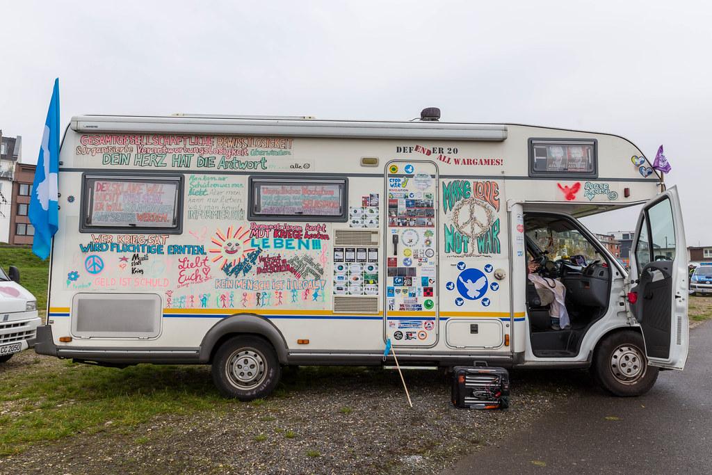 Sehr viele Friedenssprüche auf einem Wohnmobil bei der Anti-Corona-Demo am 11.11. in Köln