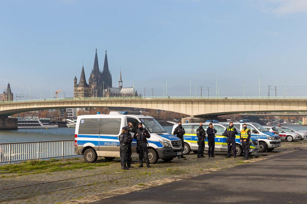 Polizisten überwachen die Querdenker-Demo am 11.11. mit dem Kölner Dom im Hintergrund