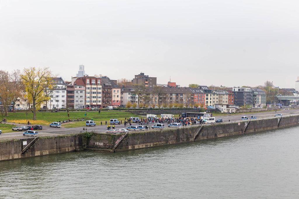 Blick auf die Deutzer Werft in Köln: Querdenker Demo am 11.11.2020 mit vielen Polizeifahrzeugen