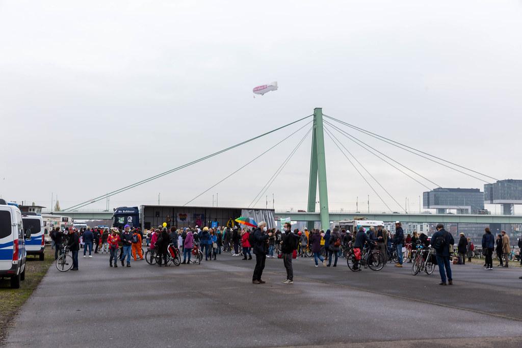 Demo gegen die Covid-19-Maßnahmen in Köln: viele Teilnehmer ohne Maske halten keinen Abstand
