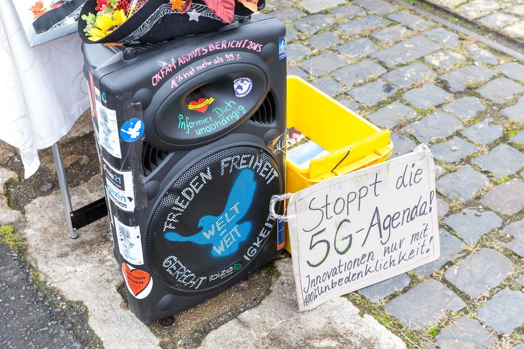 Anti-5G Schild und bemalte Box mit Schrift