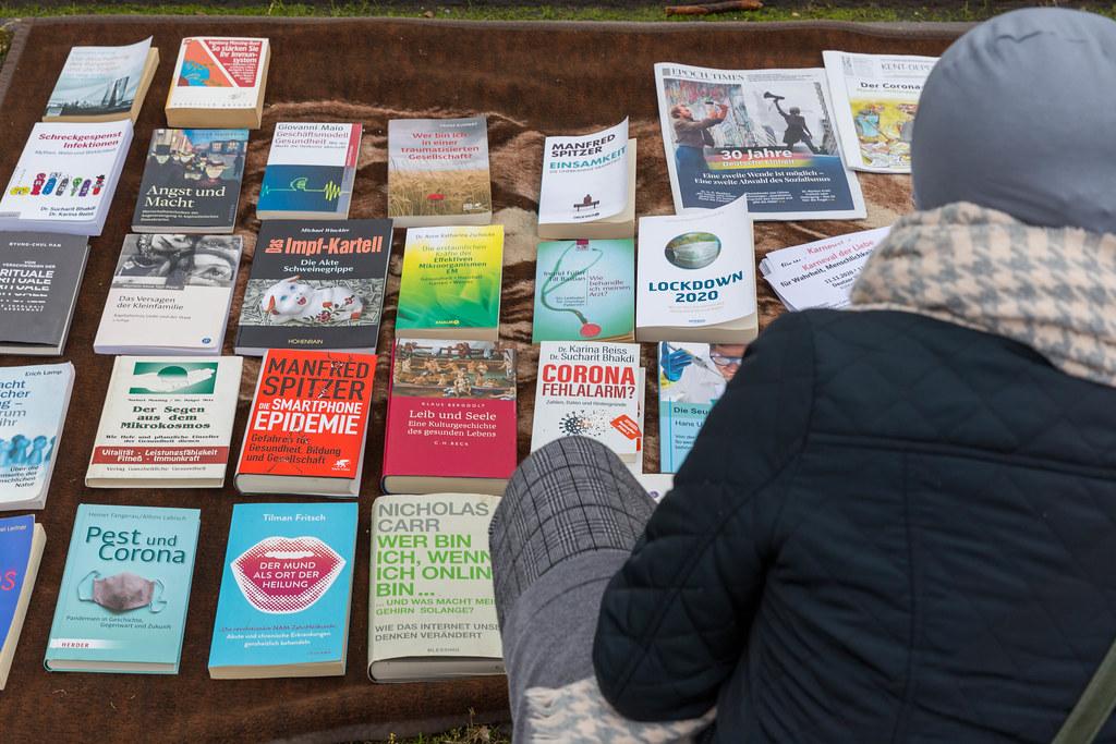 Zahlreiche Bücher mit Verschwörungstheorien zur Corona-Pandemie bei Anti-Corona Demo in Köln