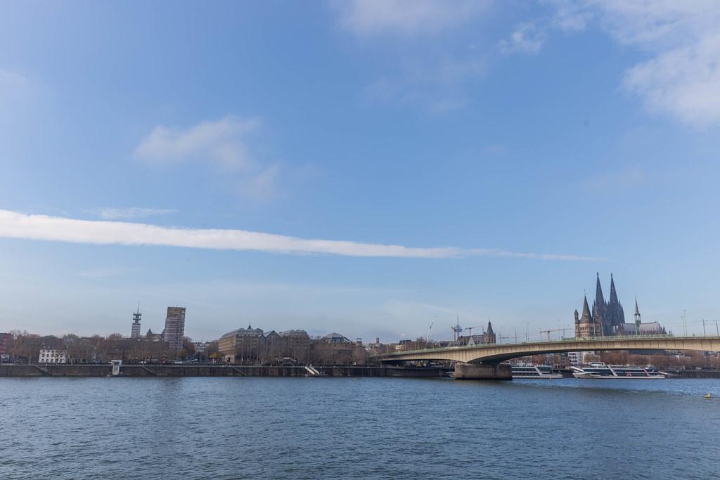Der Rhein in Köln mit der Deutzer Brücke und dem Kölner Dom