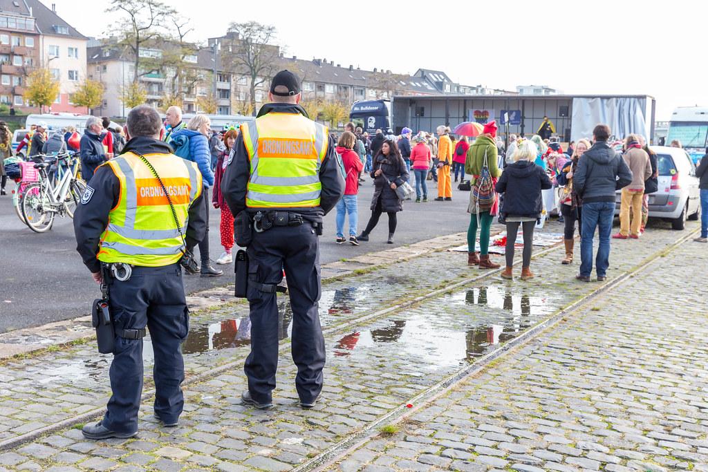 Ordnungsamt Beamte prüfen Verstöße gegen die Maskenpflicht bei Querdenker-Kundgebung in Köln