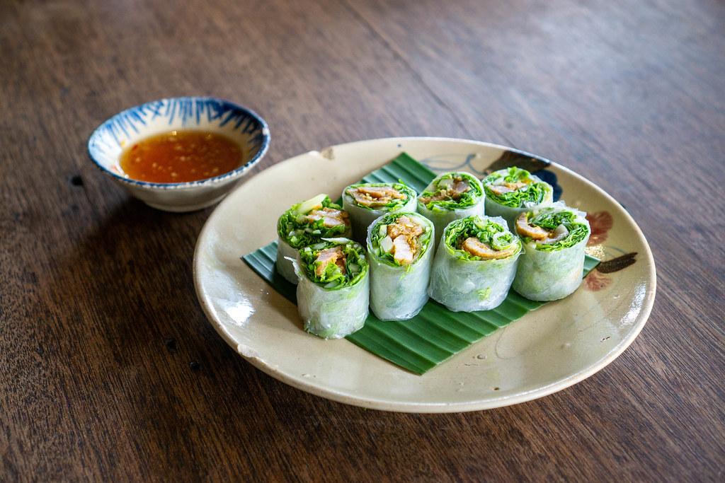 Frische Vietnamesische Sommerrollen auf einem Teller mit Chili-Fischsauce in einem Vietnamesischen Restaurant
