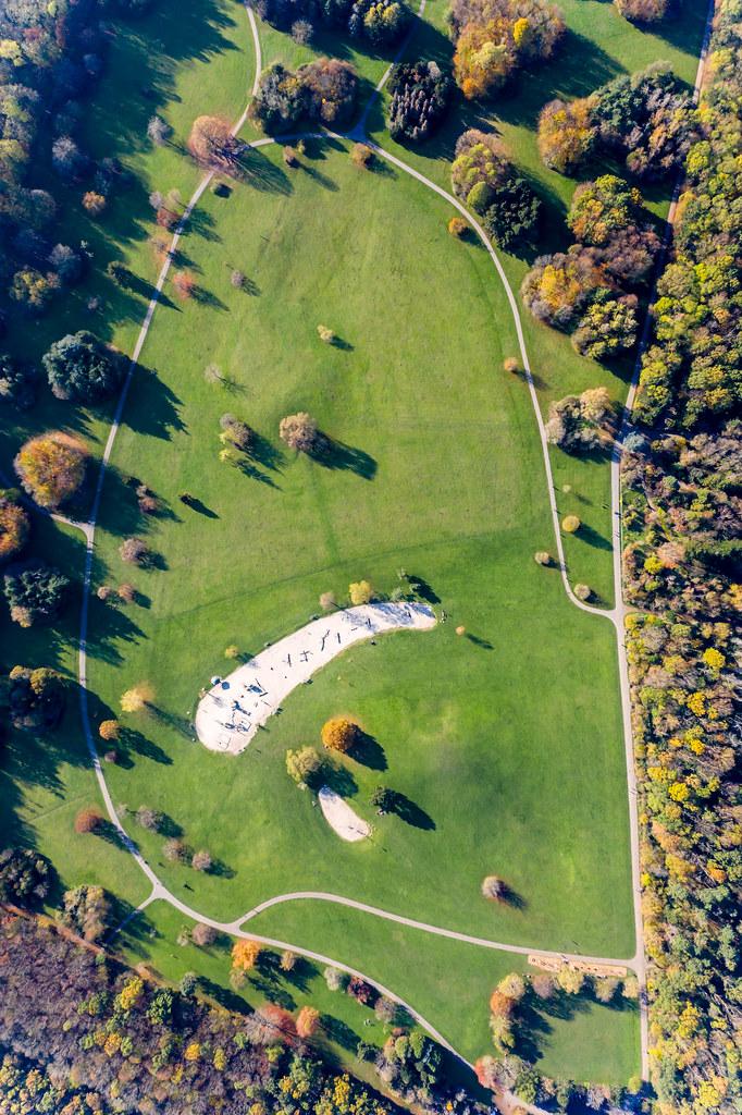Spielplatz mit großer Grünfläche und Wegen im Forstbotanischen Garten und Friedenswald in Köln, Deutschland