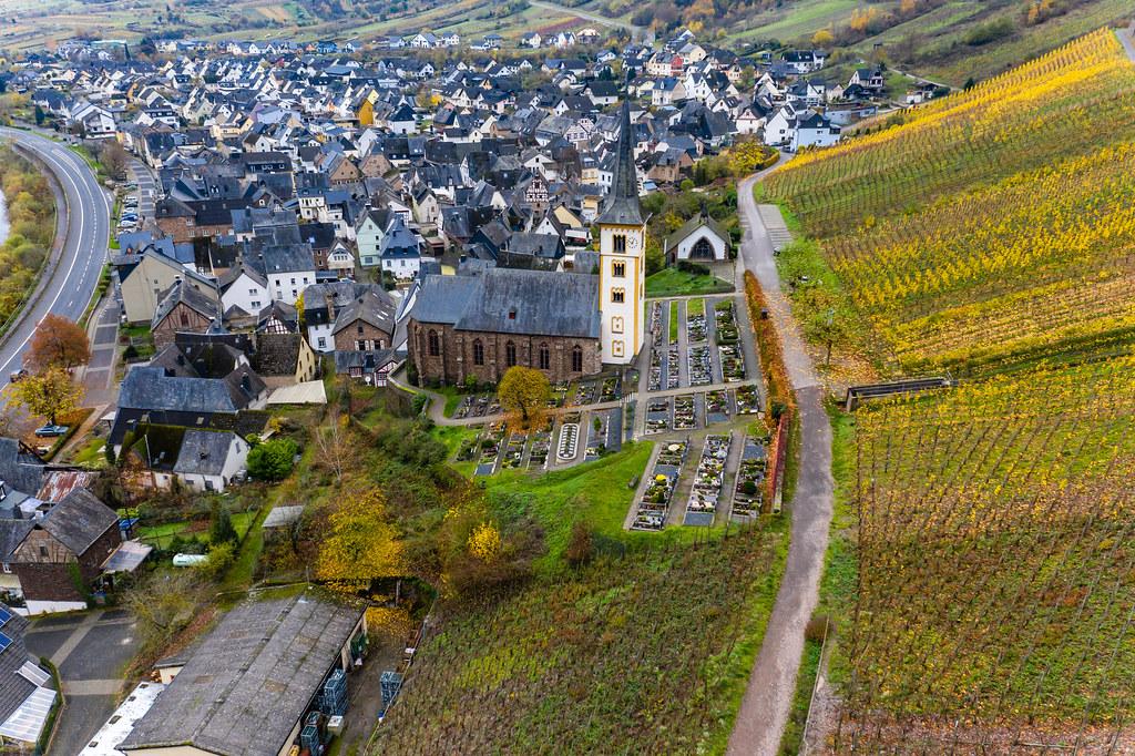 Luftaufnahme von Bremm, Deutschland mit St. Laurentius-Kirche, Wohnhäuser und Weinberg