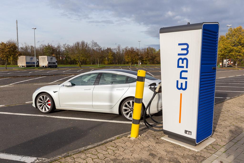 Das Elektro-Fahrzeug Tesla Model 3 lädt an einer EnBW mobility+ Elektro-Ladestation an einem Rastplatz in Rheinland-Pfalz in Deutschland