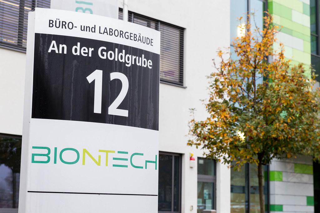 BioNTech Hauptsitz mit Büro-und Laborgebäude Informations-Schild mit Adresse An der Goldgrube 12 in Mainz, Deutschland