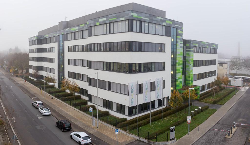 Büro- und Laborgebäude am BioNTech Hauptsitz mit Einfahrt und Haupteingang An der Goldgrube 12 in Mainz, Deutschland