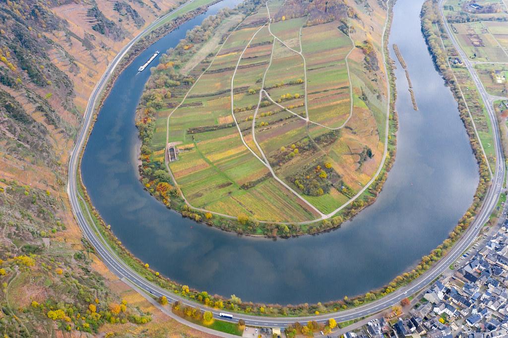 Luftaufnahme einer Drohne von der Moselschleife mit Randhöhenzug Calmont, Bundesstraße B49 und Ortsgemeinde Bremm in Deutschland