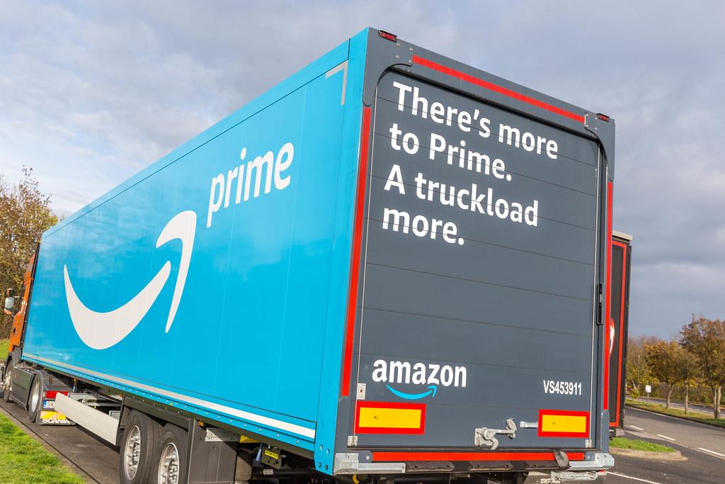 Amazon Prime LKW bedruckt mit großem Prime Logo und Wörtern 'There's more to Prime. A Truckload more.' parkt auf einem Rast Platz in Rheinland-Pfalz in Deutschland.