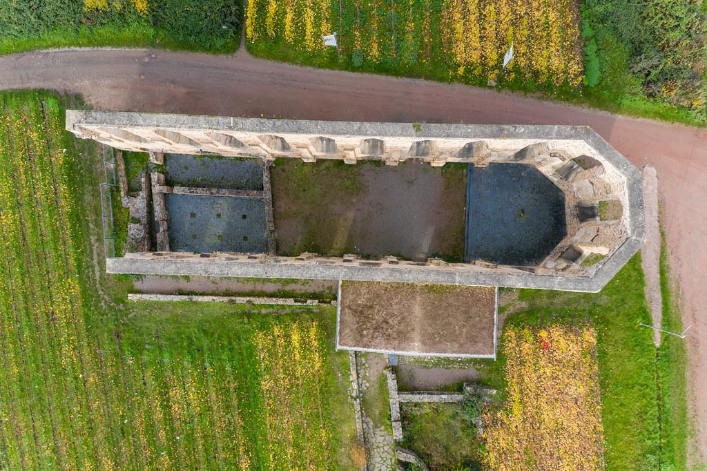 Das ehemalige Augustiner-Chorfrauen-Stift Kloster Stuben auf der Halbinsel der Moselschleife am Fluss Mosel im Moseltal in der Vogelperspektive