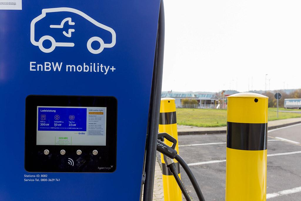 Nahaufnahme einer EnBW mobility+ Elektro-Ladestation mit Touchscreen an einer Autobahn Raststätte in Deutschland