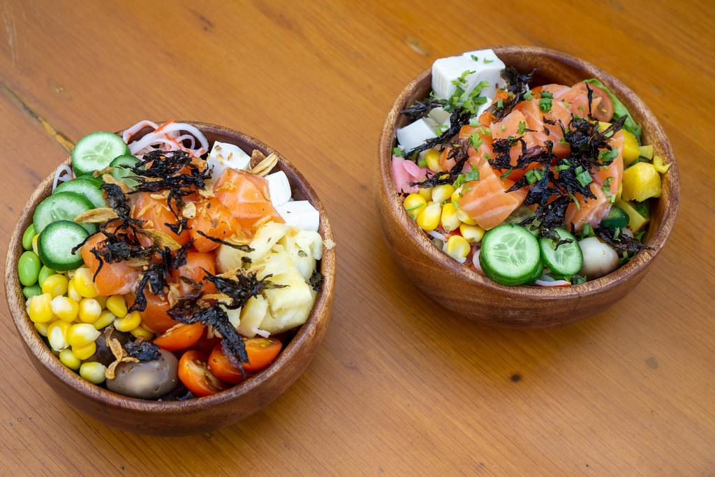 Gesunde Hawaiianische Poke Bowls mit verschiedenem Gemüse, Lachs, Tofu und Getrocknetem Seetang Draufsicht