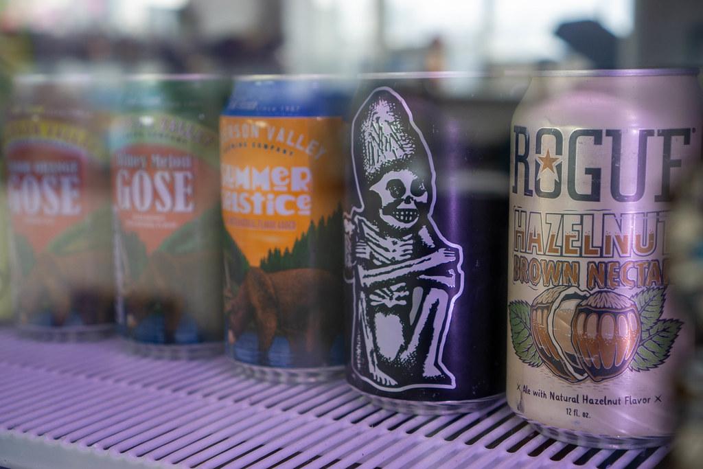 Vietnamesisches und Amerikanisches Craft Bier in Dosen in einem Getränke-Kühlschrank Nahaufnahme
