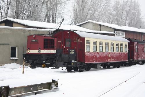 HSB: Diesellok 199 861-6 und Personenwagen KB 900-518 in Wernigerode Westerntor